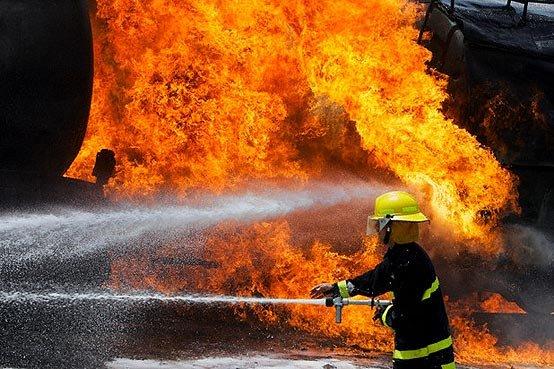 آتش سوزی در انبار لوازم خانگی در کرج +عکس